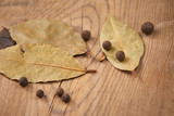 Dried bay laurel leaves and peppercorns - 191599641