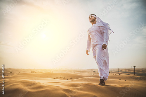 Tuinposter Dubai Arabic man in the desert