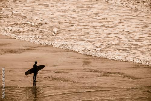 Papiers peints Mer coucher du soleil silhouette de surfeur sur la plage