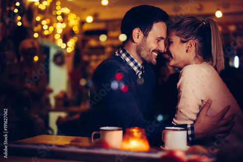 Fotobehang Hoogte schaal Romantic couple dating in pub at night