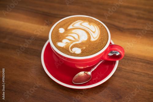 Pojedyncza filiżanka kawy z artystycznym piankowym wyświetlaczem