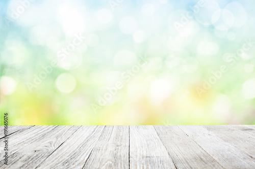 Drewniany pokład z zamazanym kwiatu ogródu tłem