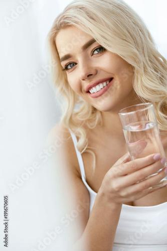 Woda pitna. Kobieta Z Szkłem Wody.