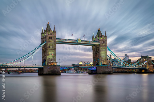 Keuken foto achterwand Londen Die beleuchtete Tower Bridge am Abend in London mit bewölktem Himmel