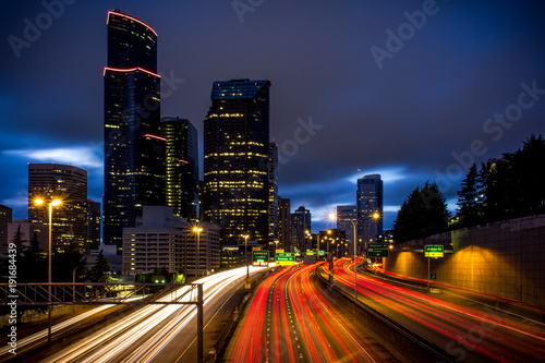 In de dag Nacht snelweg Downtown Seattle Long Exposure
