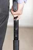 Silah tutan erkek