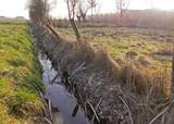 Ein mit Raureif bedeckter Graben entlang einem Zaun, Wiesen und Felder - 191721650