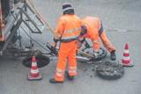 Straßenarbeiter bei Kanalarbeiten - 191729072