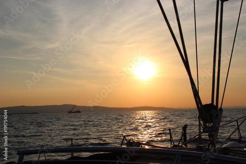 Fotobehang Zeilen funi della barca a vela e tramonto