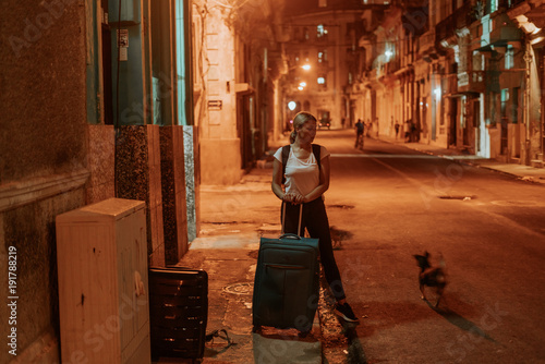 mata magnetyczna night scene on an orange lit street in the middle of the night in the cuban city Havana, all shot in a lovely atmosphere, lit by the street lights