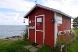 Kleines Häuschen am Ufer - 191798844