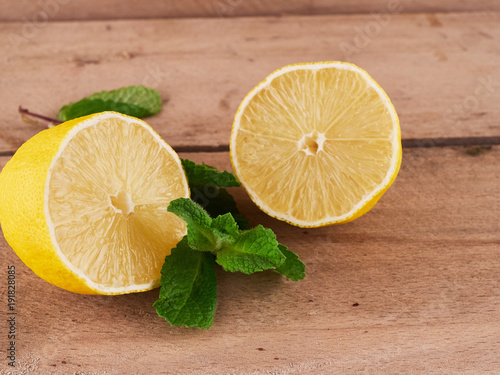 Tuinposter Sap fresh lemon and mint on rustic background