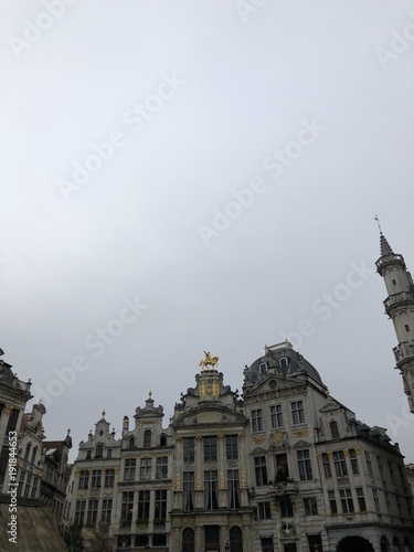 Foto op Plexiglas Brussel Grigio e oro nella Grand Place di Bruxelles, Belgio