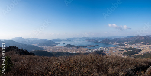 Papiers peints Marron chocolat City and sea, view from mountain range
