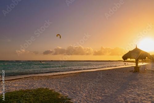 Foto op Aluminium Zee zonsondergang kite surf snowboarding isola di aruba sul mare dei caraibi al tramonto