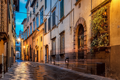 Fotobehang Smalle straatjes Old street in Lucca, Italy