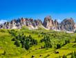 Quadro Dolomiten mit grünen Wiesen und Berghütten, Südtirol, Italien