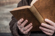 détail femme avec un vieux livre
