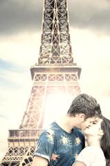 innamorati sotto la Tour Eiffel a Parigi