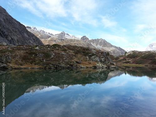 Fotobehang Pool Bergsee Engadin Gebetsfahnen