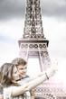 giovane coppia si fa un selfie a Parigi