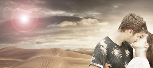 coppia di innamorati che si bacia nel deserto