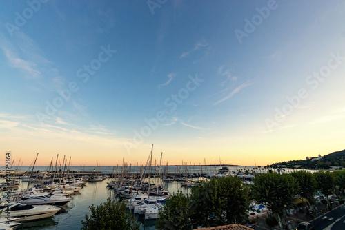 Foto op Canvas Zee zonsondergang Sunset panorama from little harbor at Côte d'azur
