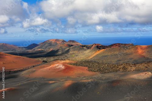 Fotobehang Diepbruine Krajobraz wulkaniczny, Park Narodowy Timanfaya, Lanzarote
