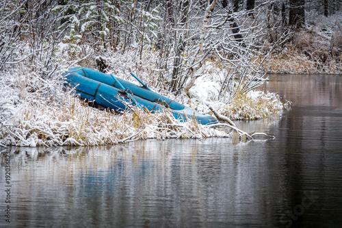 Keuken foto achterwand Schipbreuk Rubber boat on the river in the winter forest