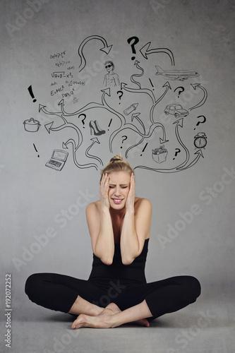 femme stressée par multiples activités tâchant de faire du yoga