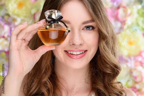 portret-kobiety,-sesja-zdjeciowa,-perfum,-modeling