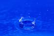 Leinwanddruck Bild - Wassertropfen beim Eintreten ins Wasser