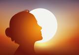 femme - soleil - profil - bronzage - bronzer - beauté - été - vacances - silhouette - coucher de soleil - 192144255