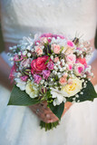 Braut hält Blumen Brautstrauss