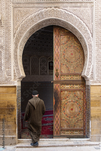 Papiers peints Maroc Man entering in a mosque in Fez town of Morocco. Door with beautiful mozaic and background.