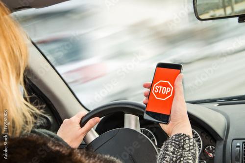 Niebezpieczeństwo przez telefon komórkowy za kierownicą