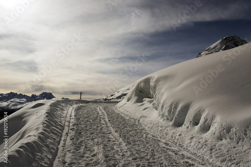 Foto op Plexiglas Grijs A view of a snowy road in the alps switzerland in winter
