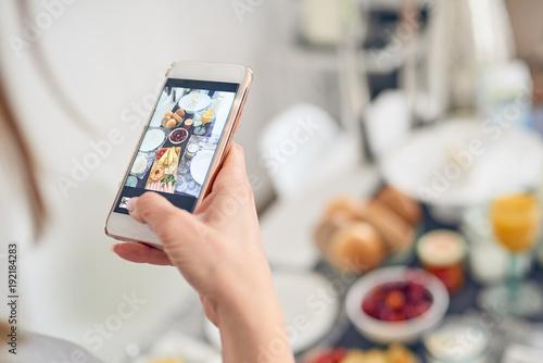 Junge Frau Fotografiert Den Frühstückstisch