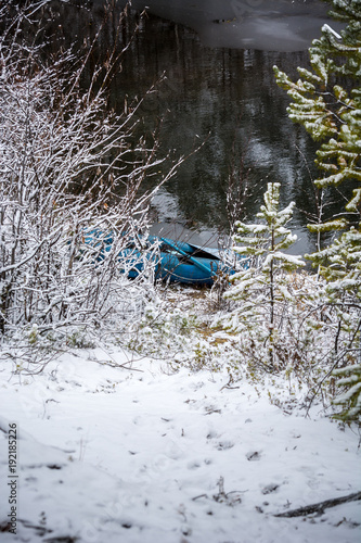 Papiers peints Naufrage Rubber boat on the river in the winter forest