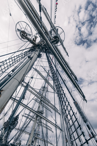 Aluminium Schip Old sailing ship mast. Tall ship rigging detail. Masts and rigging of a sailing ship