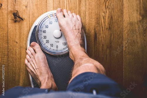 Aluminium Fitness Personen Waage auf einem holzboden