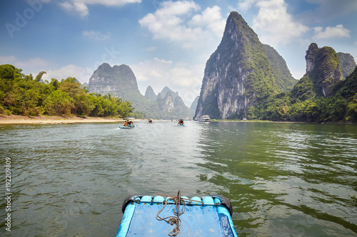 In de dag Guilin Li River bamboo raft from Guilin to Xingping, one of China top tourist attraction.
