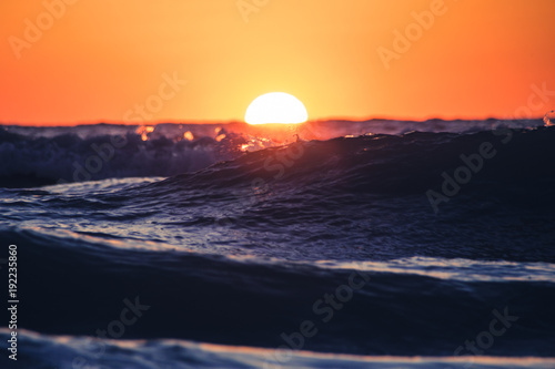 Foto op Aluminium Zee zonsondergang Waves at Sunset