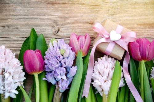 Grußkarte - Blumenstrauß mit Geschenk - Frühlingsblumen - 192277621