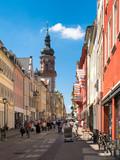 Belebte Fußgängerzone in Heidelberg im Sommer