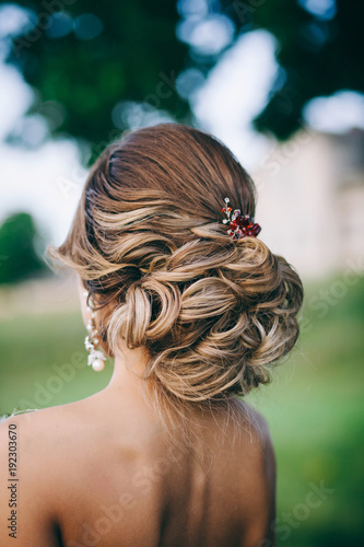 Fotobehang Kapsalon Beautiful bride with fashion wedding hairstyle