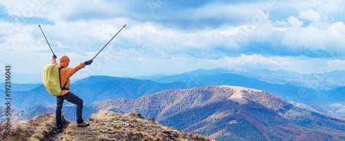 Foto op Plexiglas Panoramafoto s Hiker enjoying the trip in the top of mountain.
