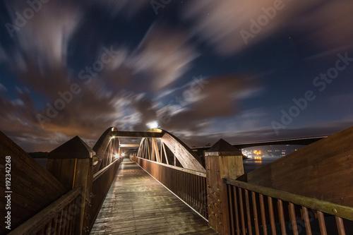 noc pełnia księżyca wśród chmur z miasta Ribadeo, Hiszpania