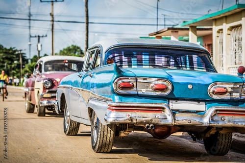 Błękitny Amerykański rocznika samochód parkujący w ulicie w przedmieściu Hawański miasto Kuba, serie Kuba reportaż - HDR -