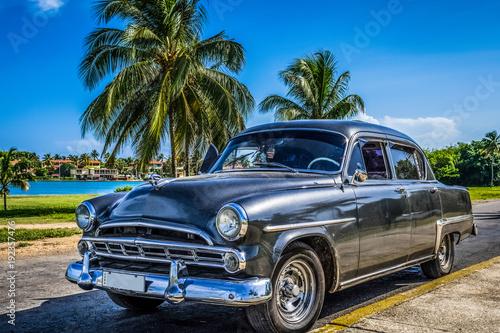 Czarne amerykańskie klasyczne parkingi w Varadero w pobliżu plaży Kuba - HDR - reportaż z Serie Kuba
